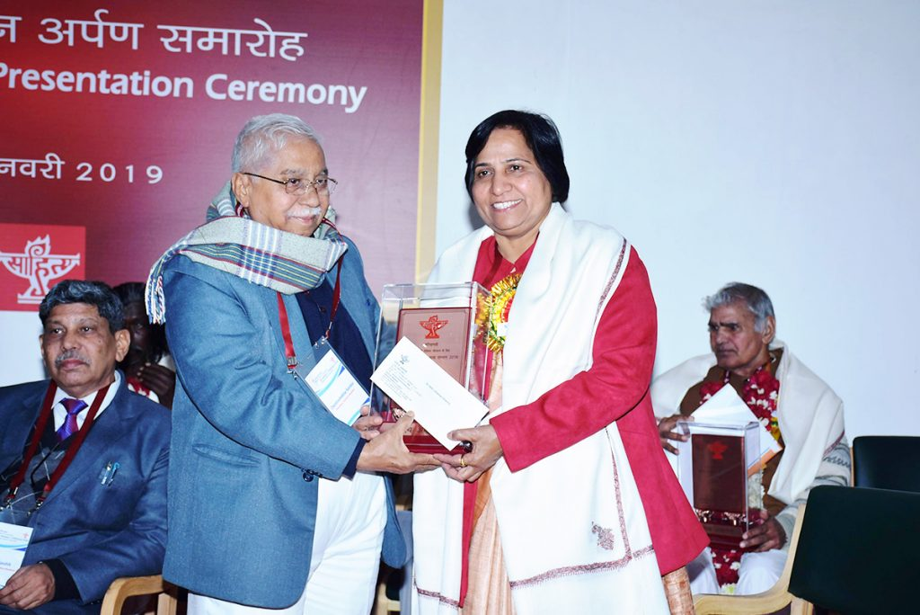 Dr.-Shamim-Sharma-is-honored-by-Bhasha-Samman-Award